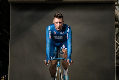 maki-galimberti-sony-alpha-7RII-male-cyclist-poses-on-bike-in-the-studio