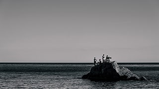Gábor-Erdelyi-sony-people-sitting-on-rock