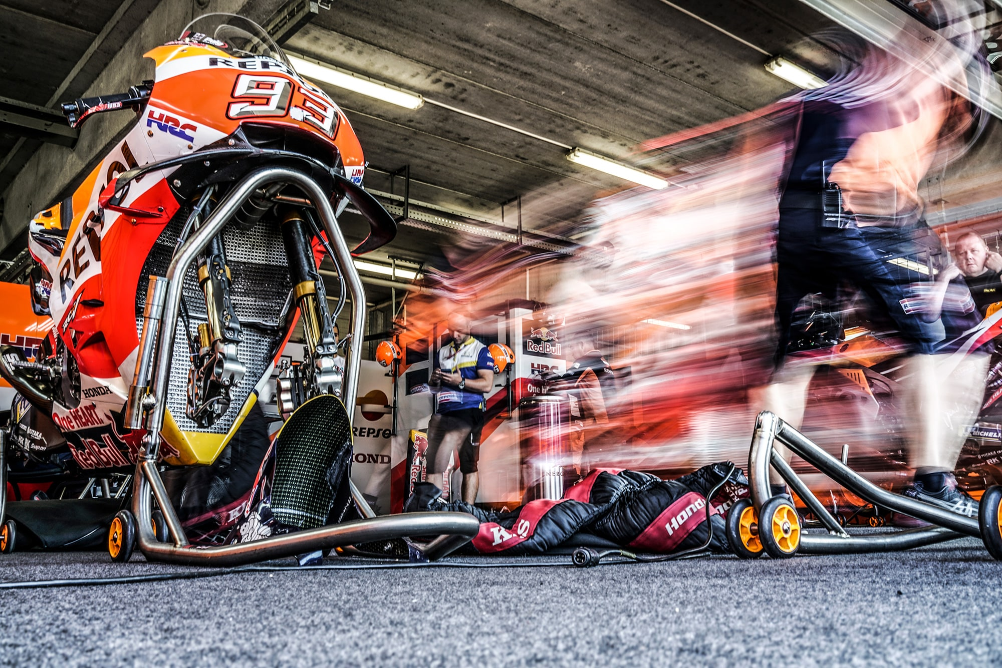alejandro-ceresuela-sony-rx1rII-long-exposure-of-rider-and-pit-crew